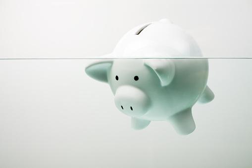 Debt「White piggy bank sinking in water」:スマホ壁紙(15)