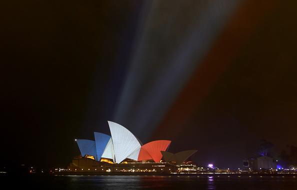Daniel Munoz「Sydney Opera House Sails Lit In Colours Of French Flag Following Paris Terror Attacks」:写真・画像(8)[壁紙.com]