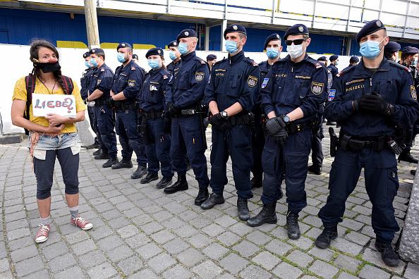 Thomas Kronsteiner「Protesters Demand End To Coronavirus Lockdown Measures」:写真・画像(8)[壁紙.com]