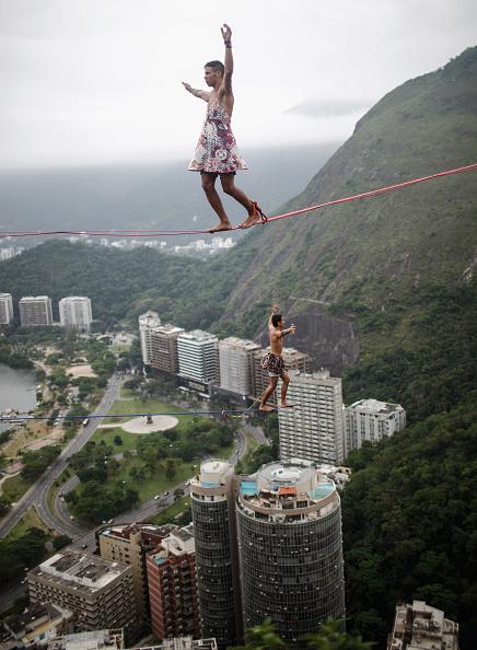 Balance「Highgirls Brasil Take Part In Slacklining Event In Rio De Janeiro」:写真・画像(2)[壁紙.com]
