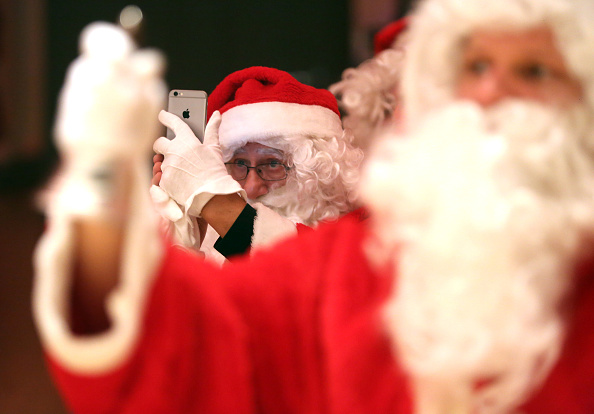 Photography Themes「Volunteer Student Santas Prepare For Christmas Season」:写真・画像(3)[壁紙.com]