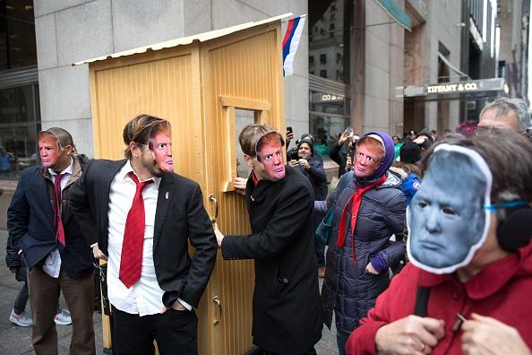 参加者「Anti-Trump Activists March To Trump Tower In New York」:写真・画像(16)[壁紙.com]