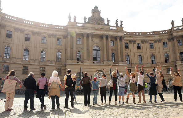 People In A Row「Human Chains Across Germany For Tolerance」:写真・画像(7)[壁紙.com]