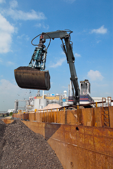 Construction Equipment「Quarry with barge loading facility, Kent, UK」:写真・画像(15)[壁紙.com]
