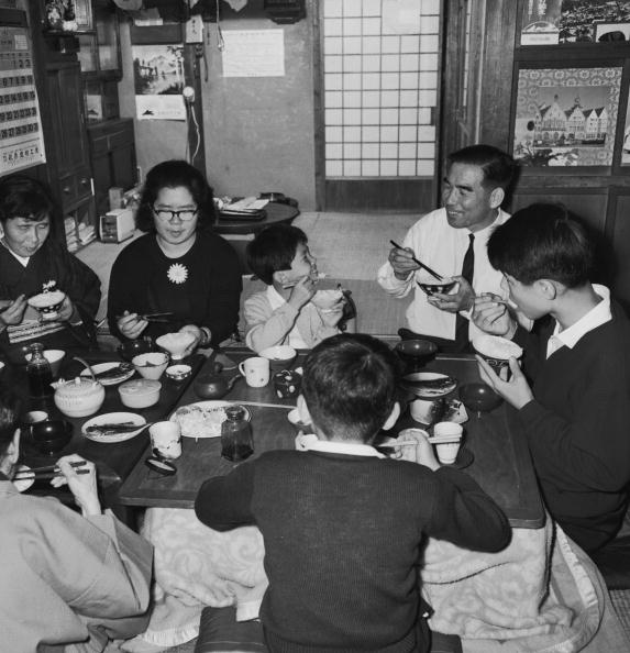 Showa Period「Family Meal」:写真・画像(1)[壁紙.com]