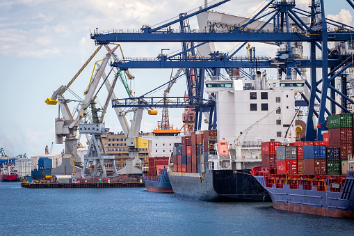 Pier「Container ships in commercial harbour, Gdynia, Poland」:スマホ壁紙(5)