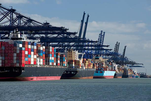 Container ships at dock:スマホ壁紙(壁紙.com)