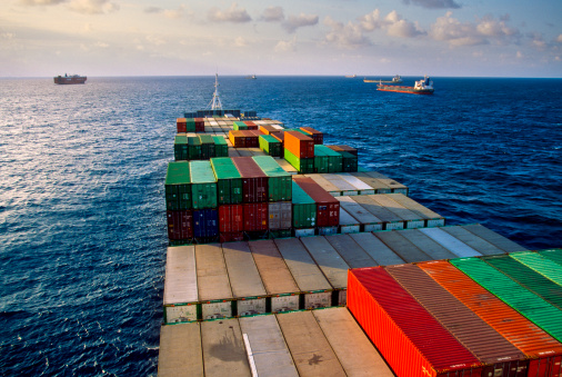 Ship「Container ship transporting goods.」:スマホ壁紙(7)