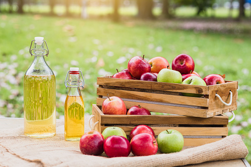 秋「有機果樹園のリンゴとリンゴジュースのバスケット,収穫と健康食品の概念」:スマホ壁紙(19)
