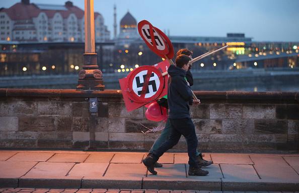 ネオナチ「Dresden Citizens Counter Neo-Nazis On WW2 Firebombing Anniversary」:写真・画像(5)[壁紙.com]