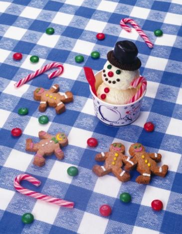 雪だるま「Snowman ice cream in cup and cookies on table, high angle view」:スマホ壁紙(1)
