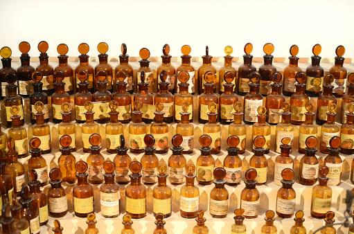 Grasse「Perfume Bottles」:スマホ壁紙(3)