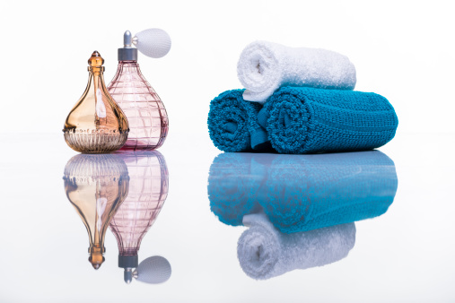 Health Spa「Perfume bottles and towels studio shot on white with reflection」:スマホ壁紙(16)