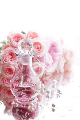 薔薇「Perfume bottle on wet mirror, pink roses and pearls」:スマホ壁紙(12)