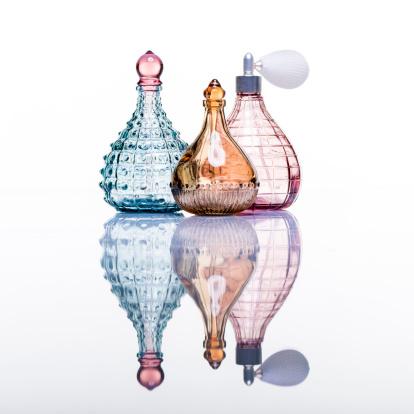 Health Spa「Perfume bottles studio shot on white with reflection」:スマホ壁紙(1)