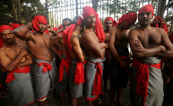 Waiting「Religious Festivals In Sri Lanka Draw Large Crowds」:写真・画像(18)[壁紙.com]