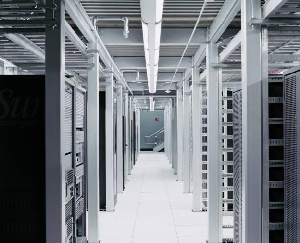 interior shot of server room hallway:スマホ壁紙(壁紙.com)