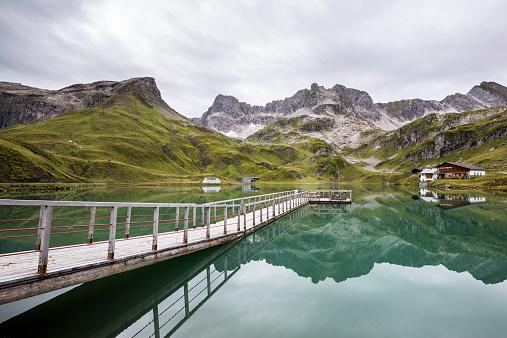 Lechtal Alps「Austria, Vorarlberg, Lechtal Alps, Lake Zuersersee, wooden boardwalk」:スマホ壁紙(12)