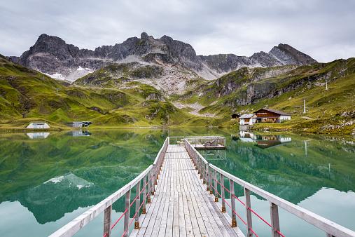 Lechtal Alps「Austria, Vorarlberg, Lechtal Alps, Lake Zuersersee, wooden boardwalk」:スマホ壁紙(13)