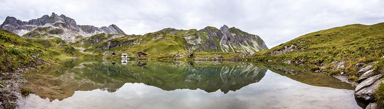 Lechtal Alps「Austria, Vorarlberg, Lechtal Alps, Lake Zuersersee, Panorama」:スマホ壁紙(11)