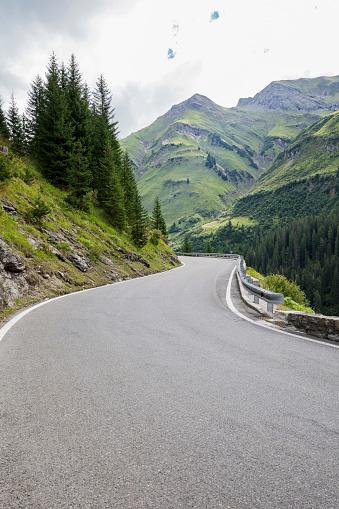 Empty Road「Austria, Vorarlberg, winding narrow alpine road from Warth to Lech, Lech valley」:スマホ壁紙(19)