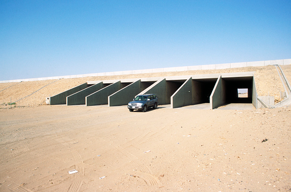 Protection「Culverts are included in the design for flash floods that can suddenlly sweeep across the desert leaving it 2-3m deep in water: culverts are up to 167 cells, Saudi Arabia」:写真・画像(1)[壁紙.com]