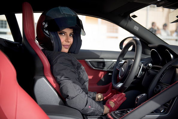 運転手「Saudi Female Racing Driver, Aseel Al Hamad, Completes A Lap Of Honour In A Jaguar F-TYPE To Commemorate The Reversal Of The Ban On Women Driving In Saudi Arabia」:写真・画像(6)[壁紙.com]