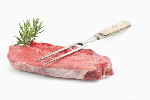 フォーク「Raw beef on white background, close up」:スマホ壁紙(1)