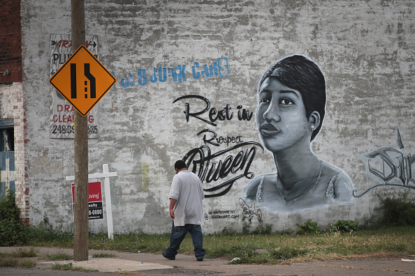 Scott Olson「Fans Of Soul Legend Aretha Franklin Pay Their Respects As Her Body Lies In Repose In Detroit」:写真・画像(8)[壁紙.com]