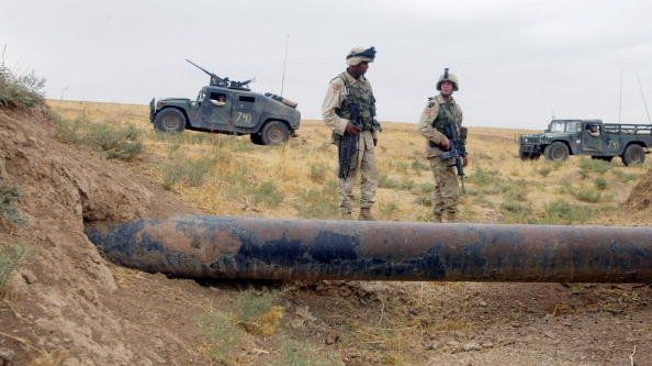 Protection「U.S. Army Patrols Iraqi Oil Pipelines」:写真・画像(0)[壁紙.com]