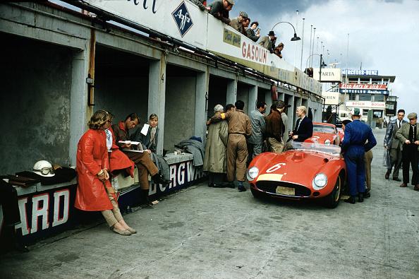 数人「Ferrari Pits At Nurburgring」:写真・画像(0)[壁紙.com]
