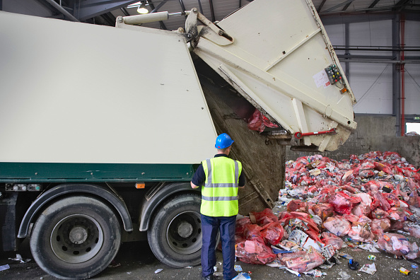 Recycling「Rubbish truck emptying recycling into dumping bay at recycling centre」:写真・画像(8)[壁紙.com]