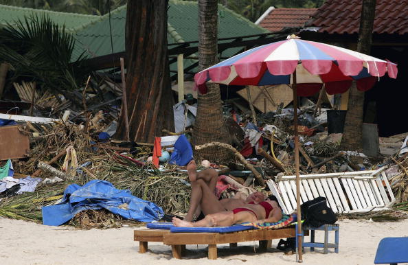 2004 Indian Ocean Earthquake and Tsunami「Clean Up Continues As Tourists Return To Patong Beach」:写真・画像(18)[壁紙.com]