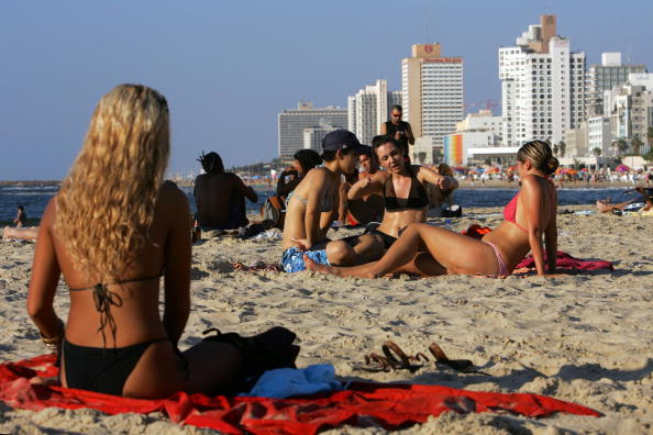 Persian Gulf Countries「Israelis Celebrate Jewish New Year At The Beach」:写真・画像(8)[壁紙.com]