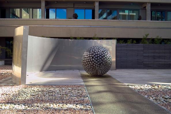 Sculpture「Sculpture in front of a residential development」:写真・画像(14)[壁紙.com]