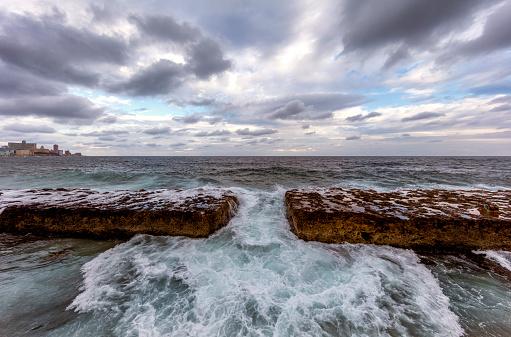 リゾート「海の音を注ぎ、マレコン沿い,ハバナ,キューバ」:スマホ壁紙(10)