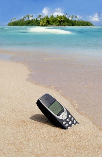 Solitude「Cell phone in sand」:スマホ壁紙(16)