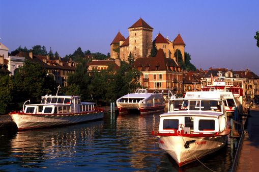 Annecy「Boats in canal in quaint village, Annecy, France」:スマホ壁紙(13)