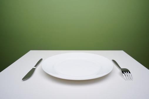 Plate「Blank plate on a table」:スマホ壁紙(1)