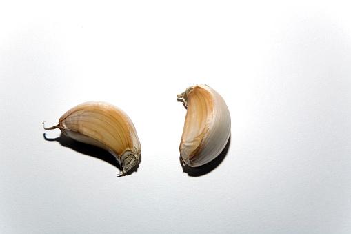 Garlic Clove「Two Garlic Cloves on White」:スマホ壁紙(15)