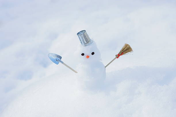 Tiny snowman in the snow:スマホ壁紙(壁紙.com)