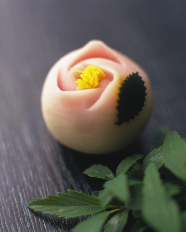 和菓子「Wagashi, Japanese sweet with leaves, high angle view, Differential Focus」:スマホ壁紙(9)