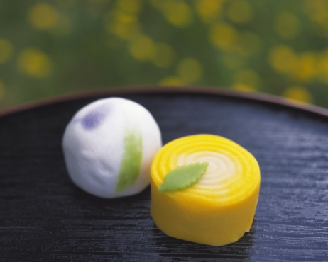 Wagashi「Wagashi, Japanese sweets on tray, flower visible in background, Differential Focus」:スマホ壁紙(16)