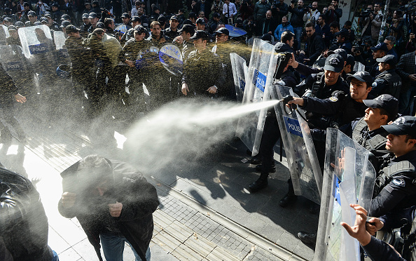Anti-Government「Police Disperse Supporters Of The Pro-Kurdish People's Democratic Party」:写真・画像(4)[壁紙.com]