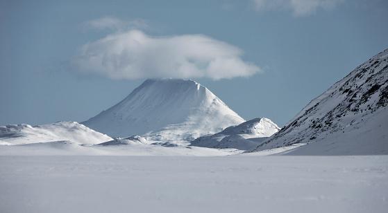 Snowdrift「GAUSTATOPPEN WITH A CLOUD ON TOP_HARDANGERVIDDA_NORWAY」:スマホ壁紙(5)