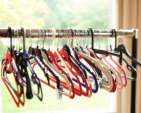 Sold Out「ROW OF COAT HANGERS ON A RAIL」:スマホ壁紙(12)