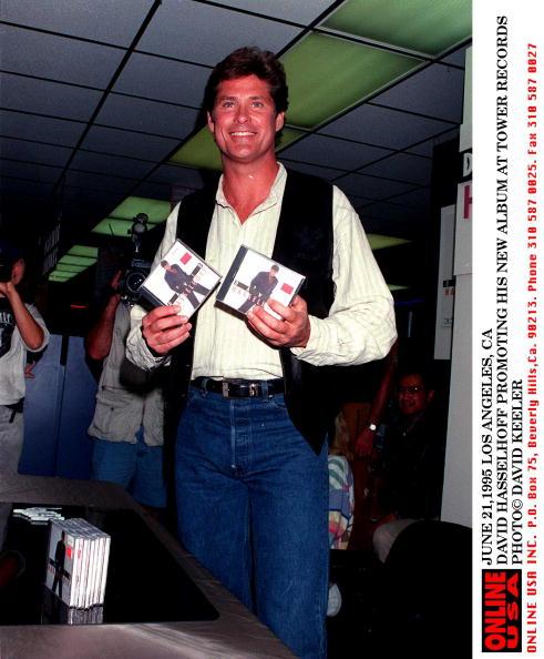 David Keeler「JUNE 21, 1995 LOS ANGELES, CA DAVID HASSELHOFF PROMOTING HIS NEW ALBUM AT TOWER RECORDS」:写真・画像(4)[壁紙.com]