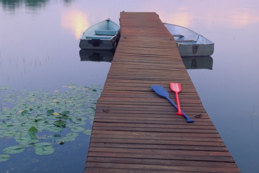 Great Lakes「RED AND BLUE OARS ON PIER, GEORGIAN BAY, ONTARIO」:スマホ壁紙(2)