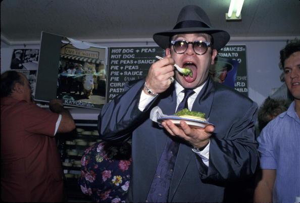 Eating「Elton John at Harry's Cafe De Wheels」:写真・画像(5)[壁紙.com]