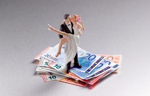 Married「NEWLYWED COUPLE STANDING ON US EUROS」:スマホ壁紙(15)